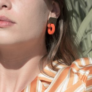 boucles Lucia Marie Duvert Graine de Tagua Orange Portrait