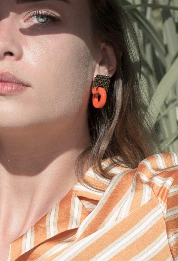 boucles Lucia Marie Duvert Graine de Tagua Orange Portrait