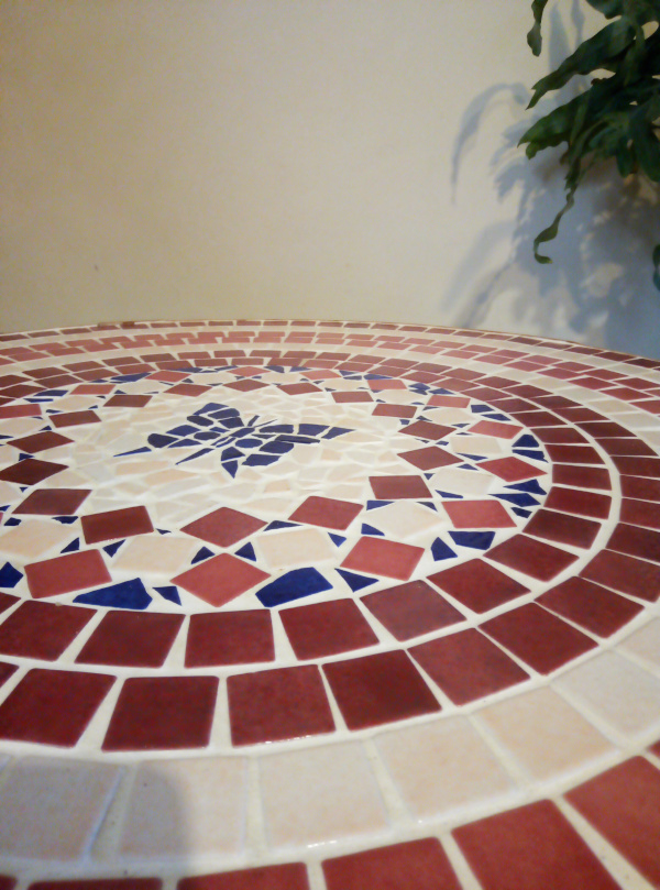 table-basse-en-rotin-plateau-en-mosaique-papillon-vintage-pastel